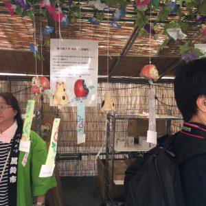 撮影日 2016.07.24 川崎大師風鈴市② 仙台市内に堤町というところがあります。#堤焼 という伝統的な焼き物が伝わっています。派手さはありませんが素朴な感じの焼き物です。その堤焼の風鈴が出店されていました。 私はこの招き猫の風鈴と山形からいらしていた工房のピラミッド型の風鈴を買ってきました。